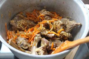 Лук, мясо и морковь, обжаренные для плова