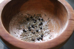Соль, перец горошком и зира