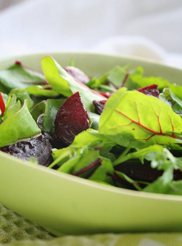 Салат из свеклы с рукколой и мангольдом