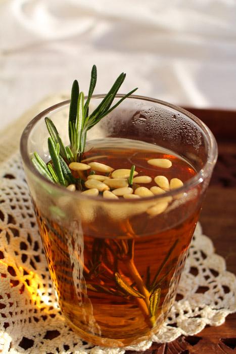 Чай с розмарином и кедровыми орешками