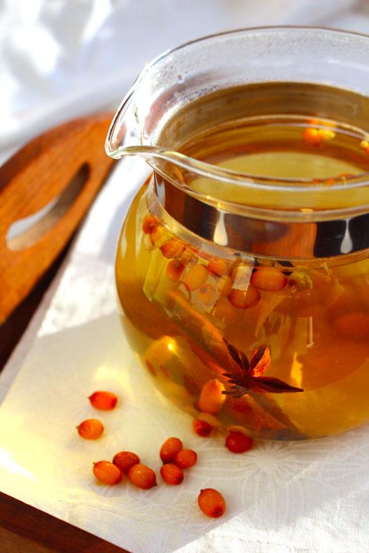 Согревающий зимний чай с ромашкой и облепихой в стеклянном чайнике