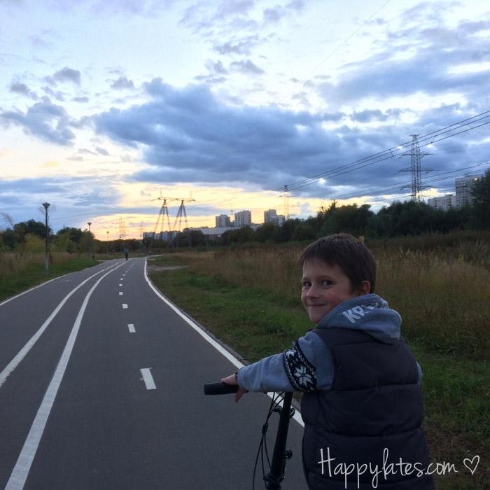 Велодорожка в парке 850 летия, подросток на велосипеде