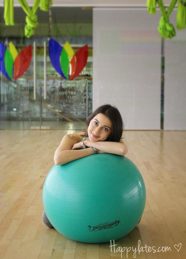 Девушка с футболом, фитнес-клуб I love fitness